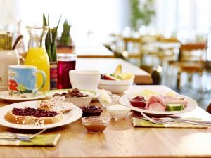 Gedeckter Frühstückstisch mit belegten Tellern