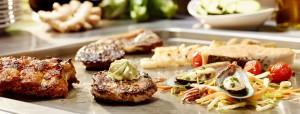 Steak mit Kräuterbutter und Gemüse auf Grillplatte