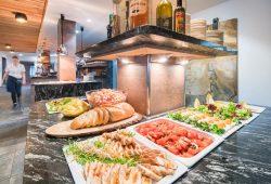 Buffet mit Fleisch, Brot und Gemüse