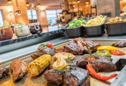 Fleisch und Gemüse auf Grillplatte