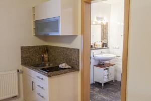 Küchenzeile der Juniorsuite mit Blick ins Bad