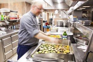 Koch beim Braten von Gemüse