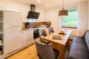 Küchenzeile mit Essbereich in Familiensuite