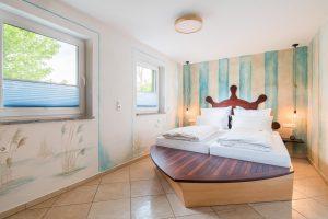 Doppelbett in Schiffform im Fischerhaus am Hofgut Tiergarten